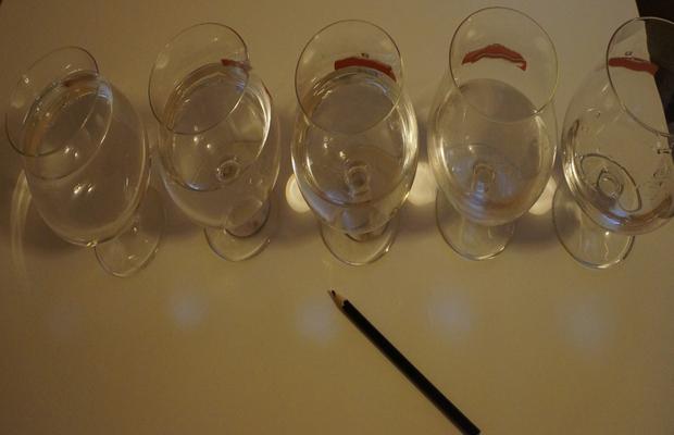 Stvorite glazbu pomoču čaša i vode